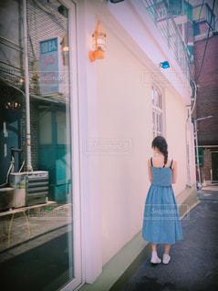 建物の前に立っている人の写真・画像素材[1252085]