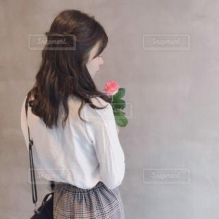お花を持った女の子の写真・画像素材[1495922]