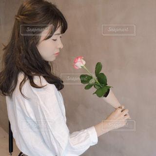 花を持っての写真・画像素材[1837380]