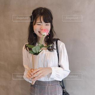 お花を持っての写真・画像素材[1837381]