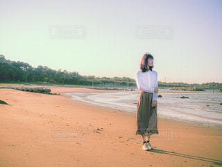 浜辺に立っている人の写真・画像素材[3132132]