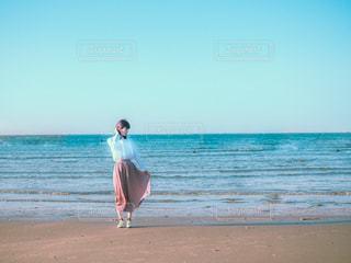 浜辺に立っている女性の写真・画像素材[3132134]