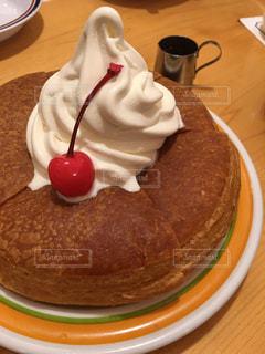 皿の上の大きなチョコレート ケーキ - No.933062