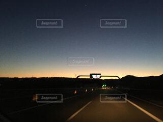 夕日の前の信号の写真・画像素材[4534344]