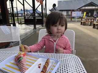 テーブルに座っている小さな男の子の写真・画像素材[4541641]
