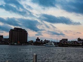 海の奥にある建物の写真・画像素材[4678390]