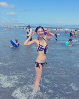 ビーチに立っている女性の写真・画像素材[736246]
