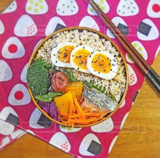テーブルの上の食べ物のクローズアップの写真・画像素材[2265156]