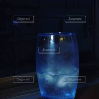 テーブルの上の青いグラスの写真・画像素材[4549909]