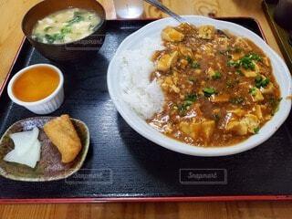 テーブルの上に食べ物を1杯入れるの写真・画像素材[4569473]