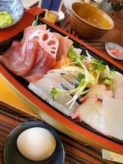 皿の上に異なる種類の食べ物が入った箱の写真・画像素材[4758761]