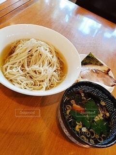 皿の上に食べ物のボウルの写真・画像素材[4758773]