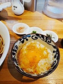 食べ物の皿と一杯のコーヒーをテーブルの上に置いての写真・画像素材[4758959]
