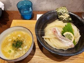 木製のテーブルの上に座っている食べ物のボウルの写真・画像素材[4758970]