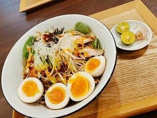 木製のテーブルの上に座っている食べ物の皿の写真・画像素材[4820555]