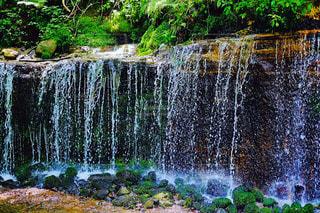 庭に大きな滝の写真・画像素材[969257]
