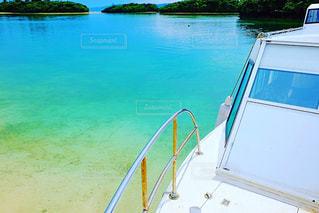 海の中の小さなボートの写真・画像素材[969258]