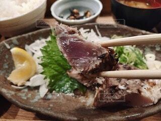 お箸で魚の切り身1切れをつかみ、持ち上げる様子の写真・画像素材[4549840]