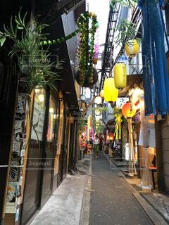 七夕祭りで装飾された飲兵衛横丁の写真・画像素材[4619819]