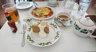 ピザとケーキと飲み物の写真・画像素材[4555012]