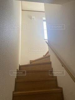 外の光が差し込んだ階段の写真・画像素材[4555735]