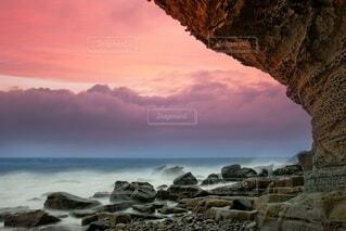水の体の隣にある岩のクローズアップの写真・画像素材[4559417]