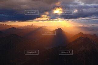 背景に夕日のある峡谷の写真・画像素材[4569815]