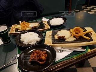 ガッツリとした味濃いめの晩御飯の写真・画像素材[4563032]