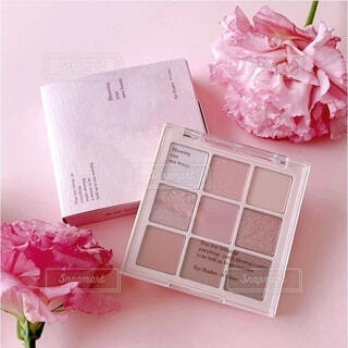 テーブルの上にピンクの花が咲いた箱の写真・画像素材[4783503]