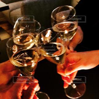 白ワインで乾杯する人たちの写真・画像素材[999300]