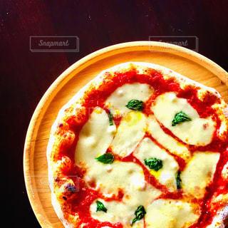 木製テーブルの上のピザの写真・画像素材[999656]
