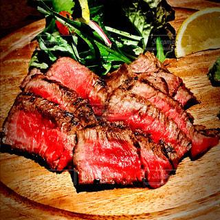 木製プレートの上の牛肉の写真・画像素材[999663]
