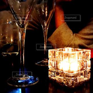 ワイングラスを持つテーブルに着席した人の写真・画像素材[999665]