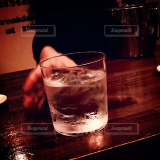 テーブルの上のウイスキーロックの写真・画像素材[999673]