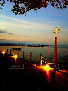 夕方の海辺の公園の写真・画像素材[999679]