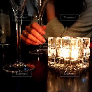 ワイングラスを持つテーブルに座っている男の人の写真・画像素材[999680]