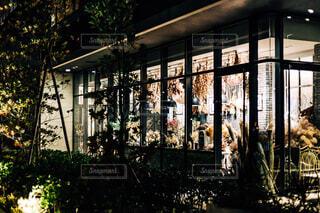 雑貨屋さん夜のライトアップ・ウインドーショッピングの写真・画像素材[4633833]