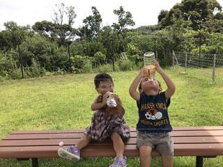 公園のベンチで休憩している男の子と女の子の写真・画像素材[4565140]