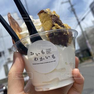ソフトクリームを持つ手の写真・画像素材[4565715]