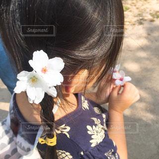 花を持つ女の子の写真・画像素材[1100561]