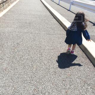 走る小さな女の子の写真・画像素材[1100582]
