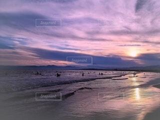 夕焼けのビーチの写真・画像素材[4665235]