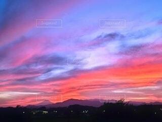 夏の夕焼けと富士山の写真・画像素材[4709856]