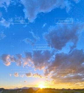 夏の日没の写真・画像素材[4709891]