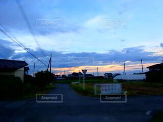 夕方の田舎道の写真・画像素材[4704626]