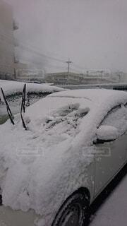 車に積もった雪の写真・画像素材[4746917]