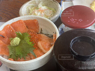 サーモン丼の写真・画像素材[4584673]