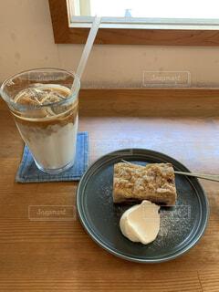 カフェのカウンターでケーキとアイスカフェラテの写真・画像素材[4586993]