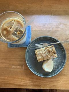カフェでアイスカフェラテとケーキの写真・画像素材[4587009]