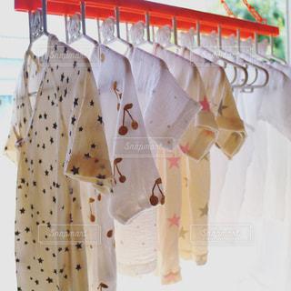 壁に掛かっている服の写真・画像素材[763815]